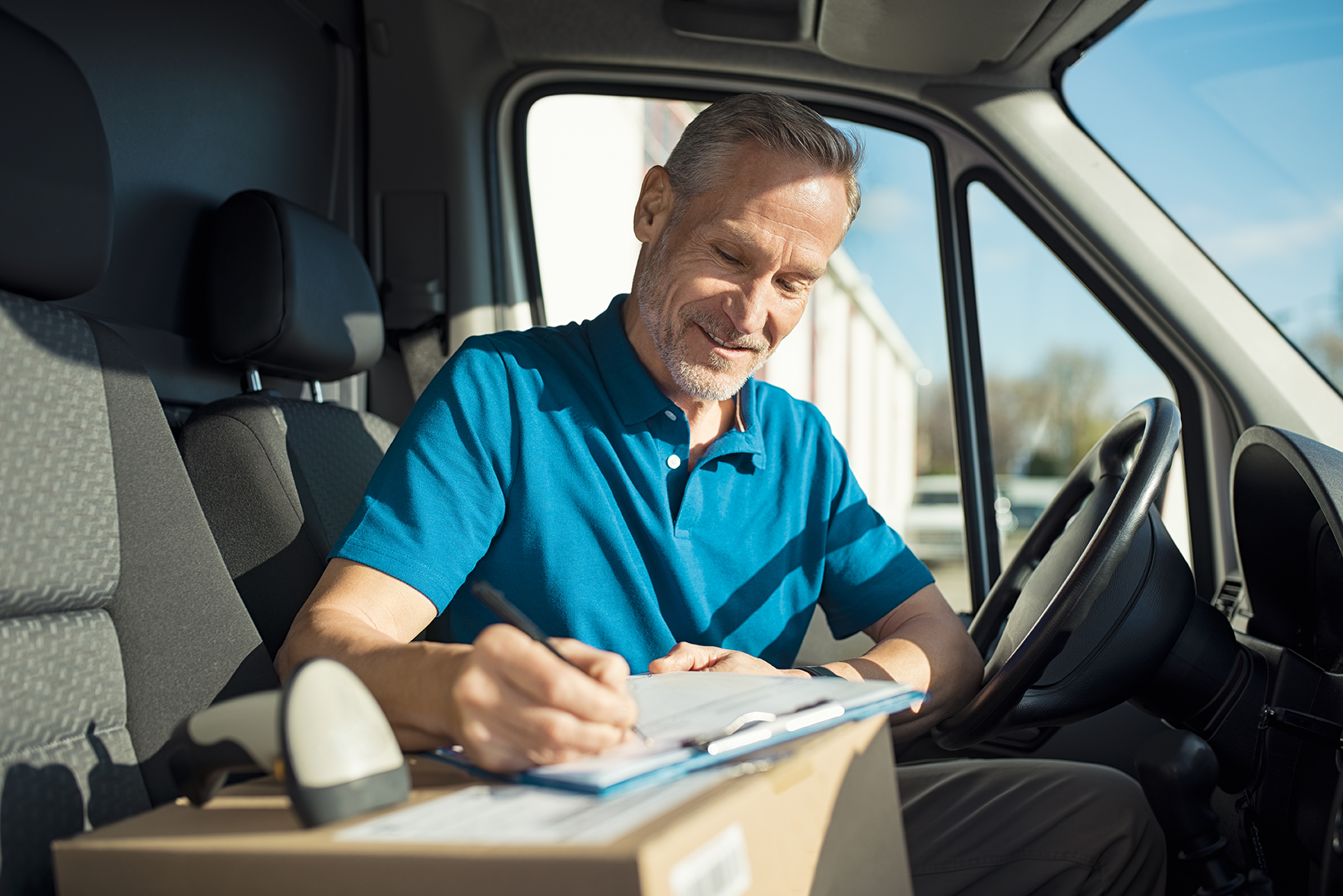 courier-signing-delivery-receipt-P62FNJP_web